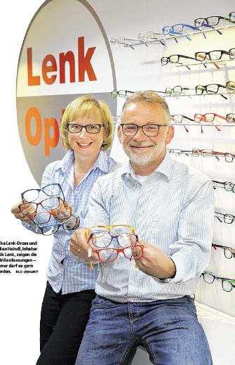 Inhaber von Optik Lenk zeigen die neuen Brillenfassungen